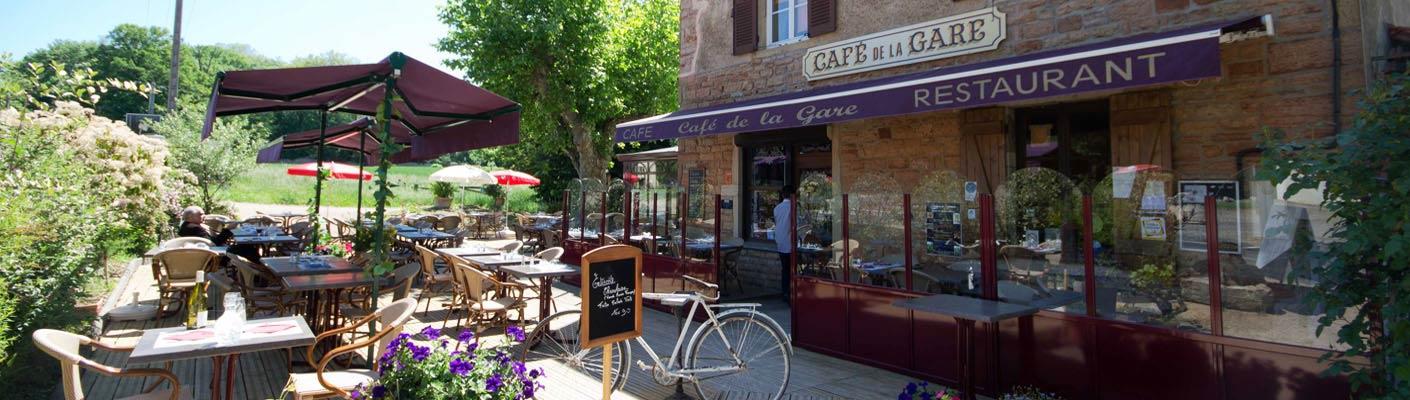 Les terrasses ensoleillées du café / restaurant à Charnay