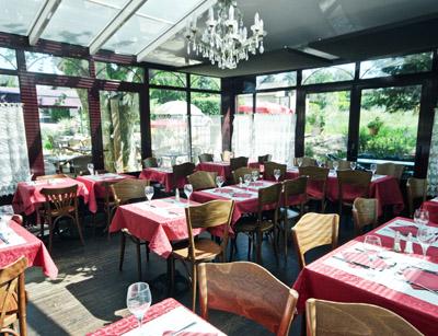 Tables du restaurant dans la véranda